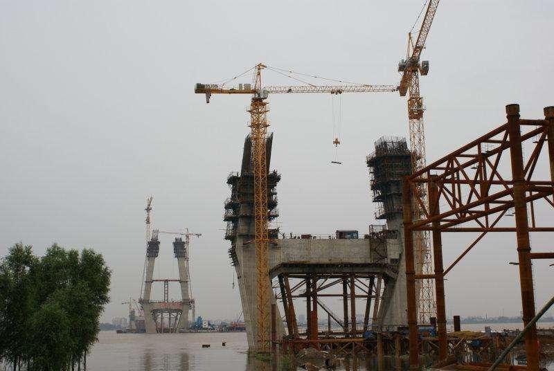南沙港铁路西江特大桥塔吊
